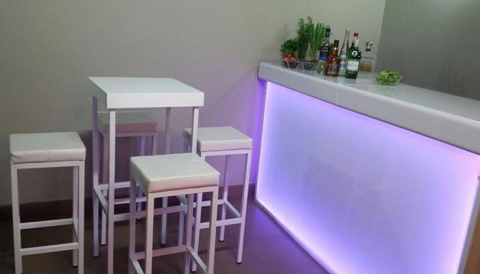 Silla y mesa alta de bar cuadradas blanca eventos alquiler